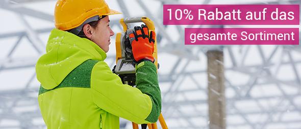 Frau im Winter in Arbeitsschutzkleidung