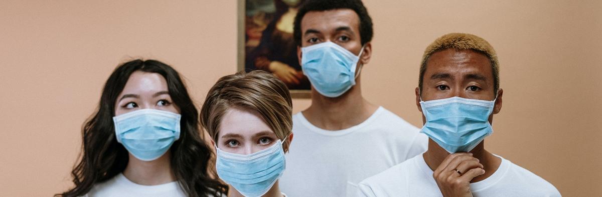 Leute mit Maske im Museum