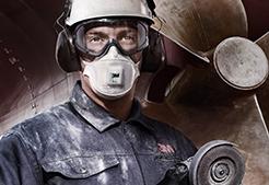 Mann mit Arbeitsschutz-Ausrüstung