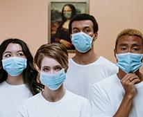 Menschen mit Atemschutzmasken